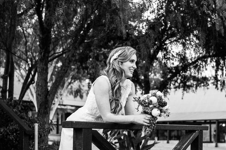 Braut mit Brautstrauß draußen schwarz weiß