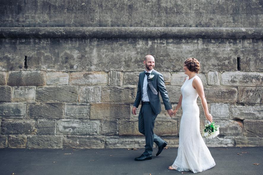 Braut und Braeutigam mit alter Mauer
