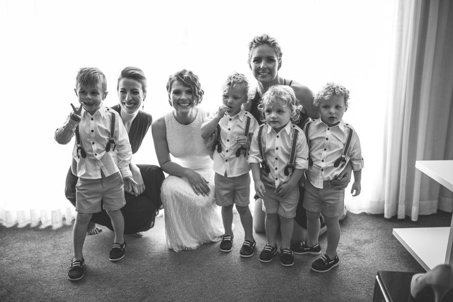 Braut mit Trauzeugen und Blumenkindern