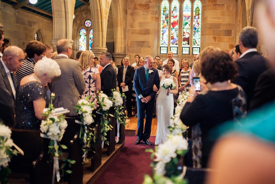 Braut wird von Brautvater zum Altar geführt