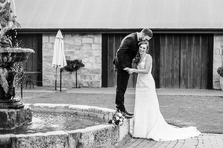 Couple Shot Ehemann und Ehefrau am Brunnen