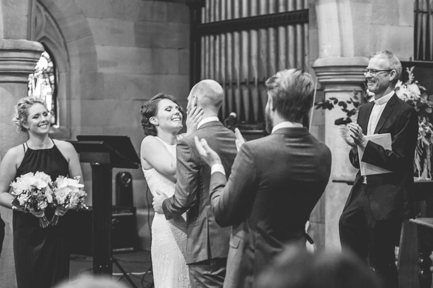 Der erste Kuss als Mann und Frau in der Kirche