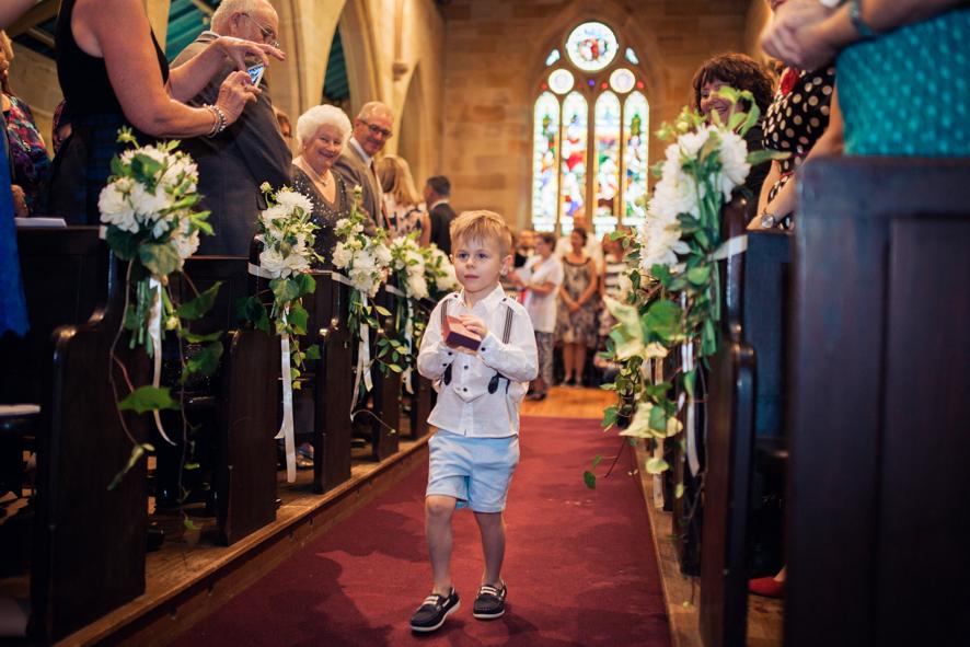 Sohn des Brautpaares bringt die Ringe zum Altar