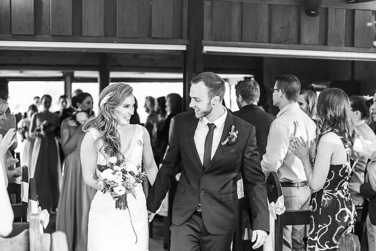 Braut und Braeutigam verlassen den Raum nach der Trauung