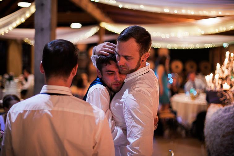 Emotionaler Moment auf der Hochzeit zwischen Braeutigam und Trauzeuge