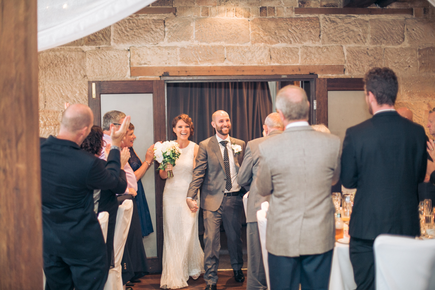 Ehepaar betritt die Hochzeitslocation