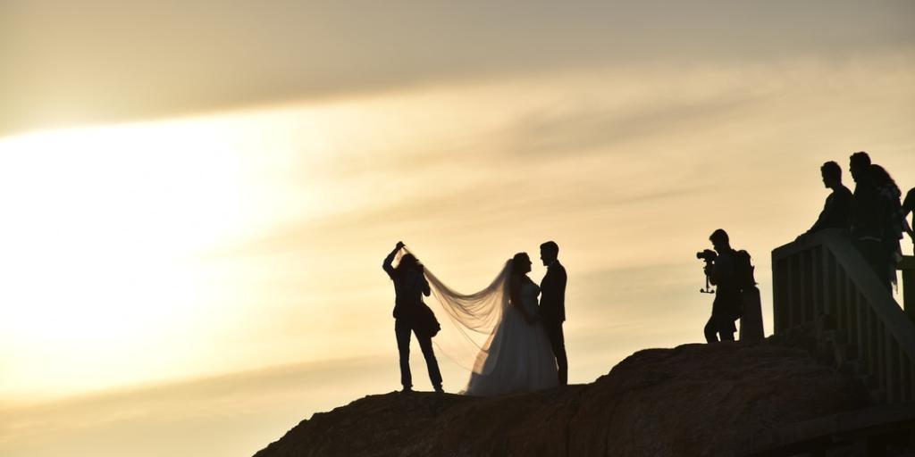 Hochzeitsvideograf bei der Arbeit im Sonnenuntergang