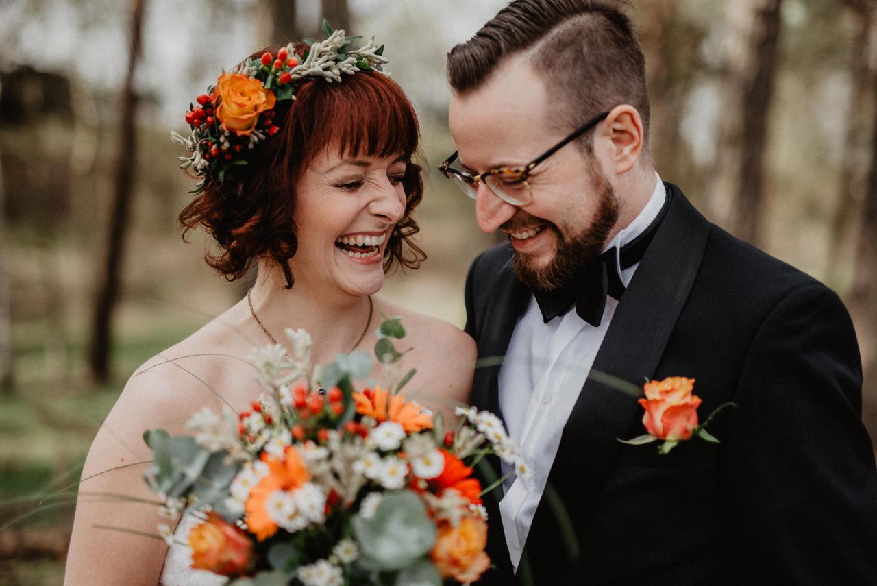 Brautpaar im Wald lacht
