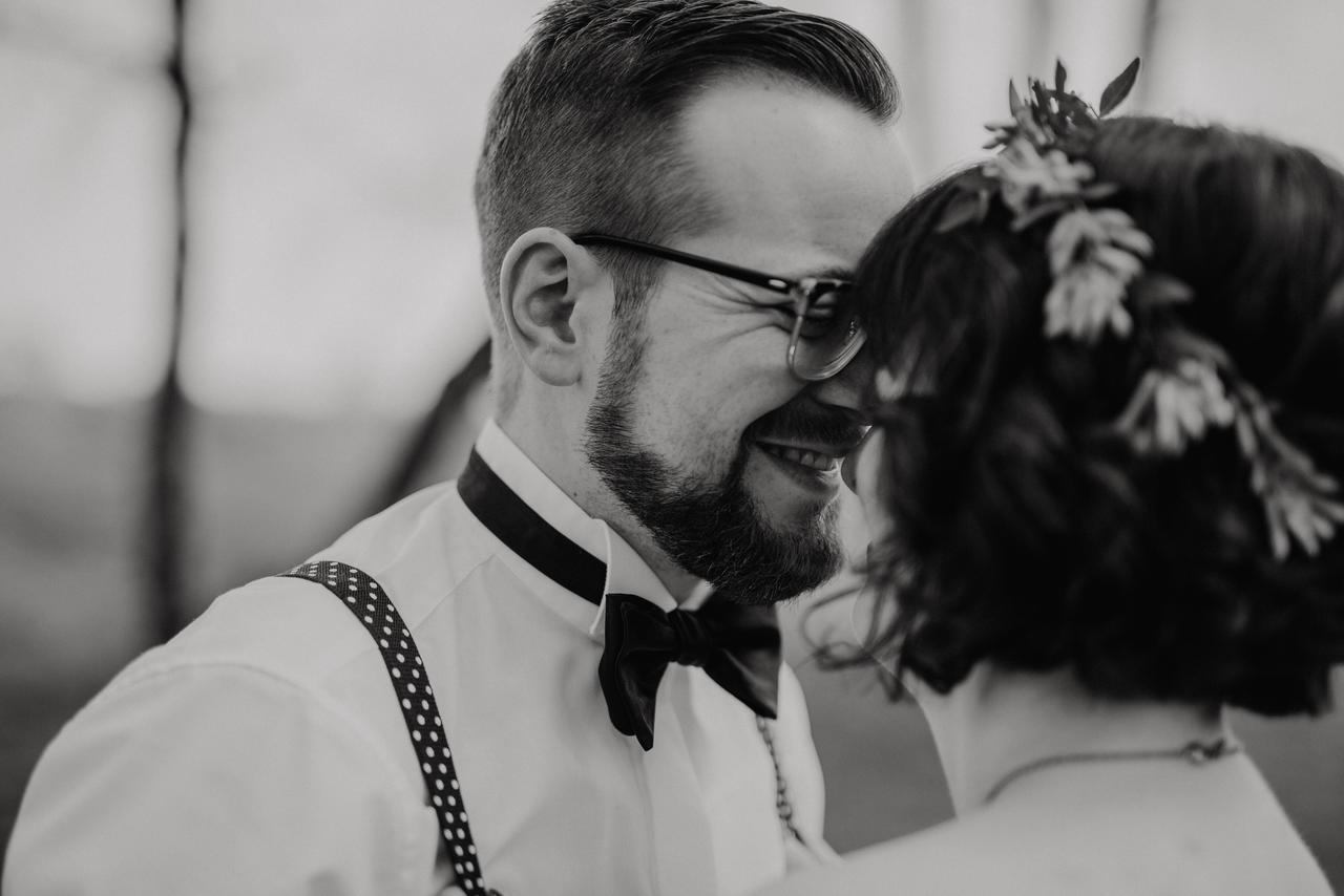 Brautpaar küsst sich schwarz weiß