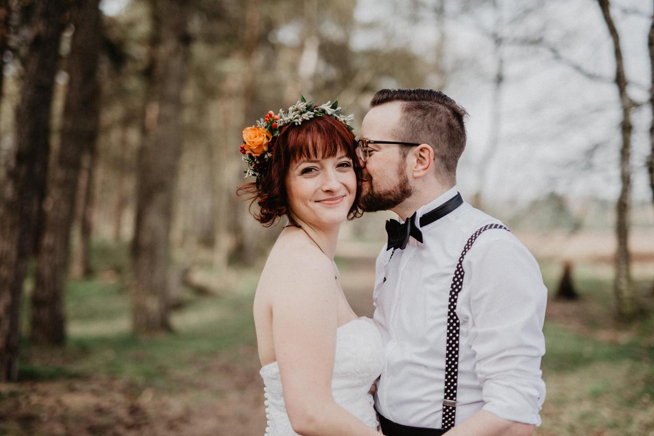 Brautpaar sehr glücklich im Wald