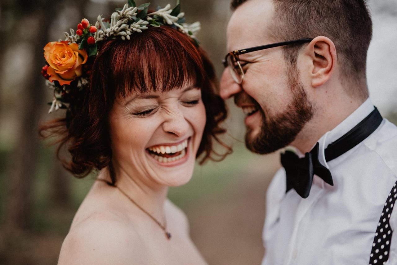 Brautpaar lacht und ist glücklich Natur