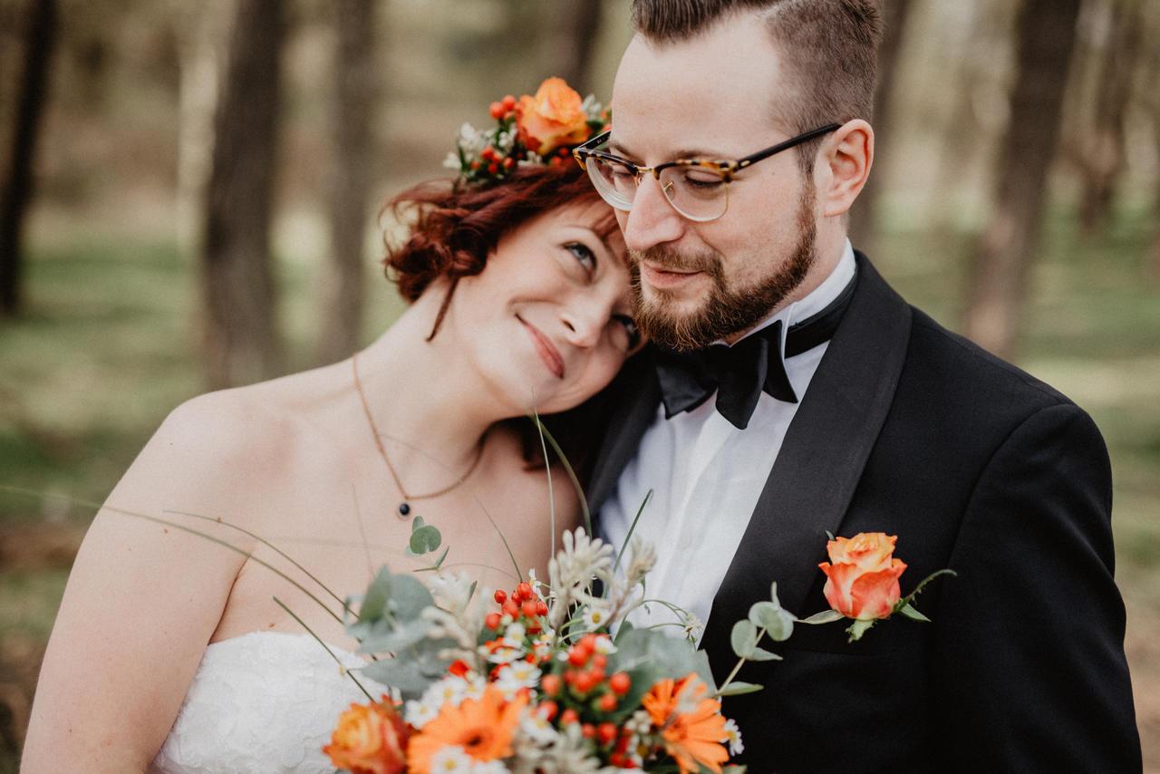 Brautpaar im Wald glücklich