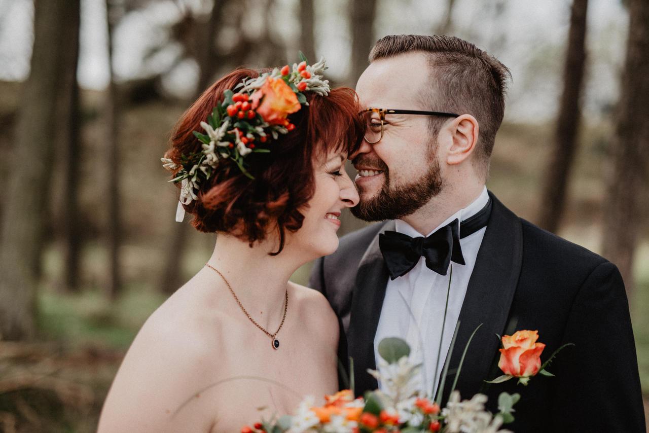 Brautpaar im Wald lacht und ist verliebt