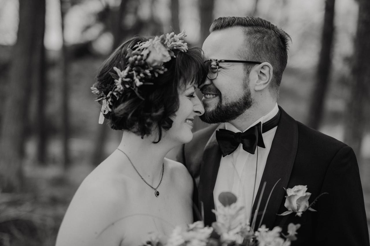 Brautpaar lacht schwarz weiß