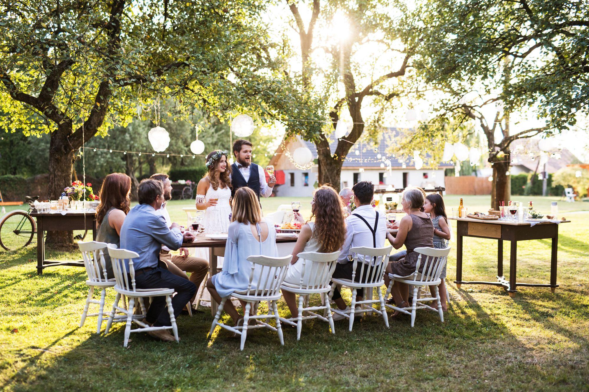 bräutigam hält eine hochzeitsrede vor den Hochzeitsgästen