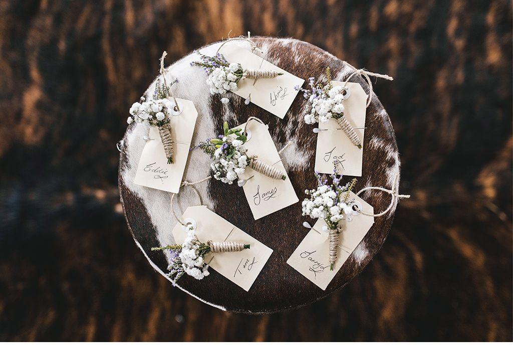 Namensschilder mit Ansteckblümchen in weiß und flieder