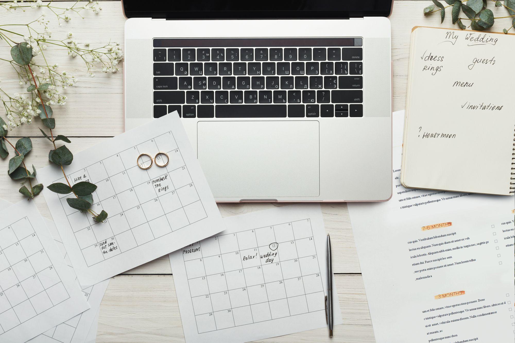 Planung der Hochzeit am Laptop und Kalender