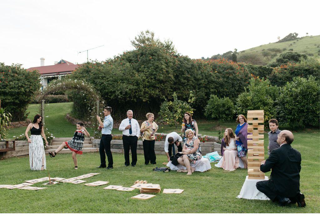 Übergroßes Jenga-Spiel und andere Spiele zur Unterhaltung der Gäste auf der Hochzeit