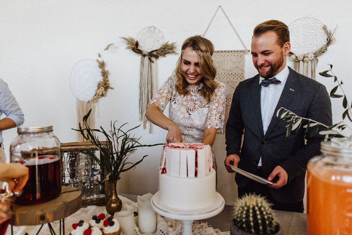Anschnitt der Hochzeitstorte, das Brautpaar schneidet die Torte an