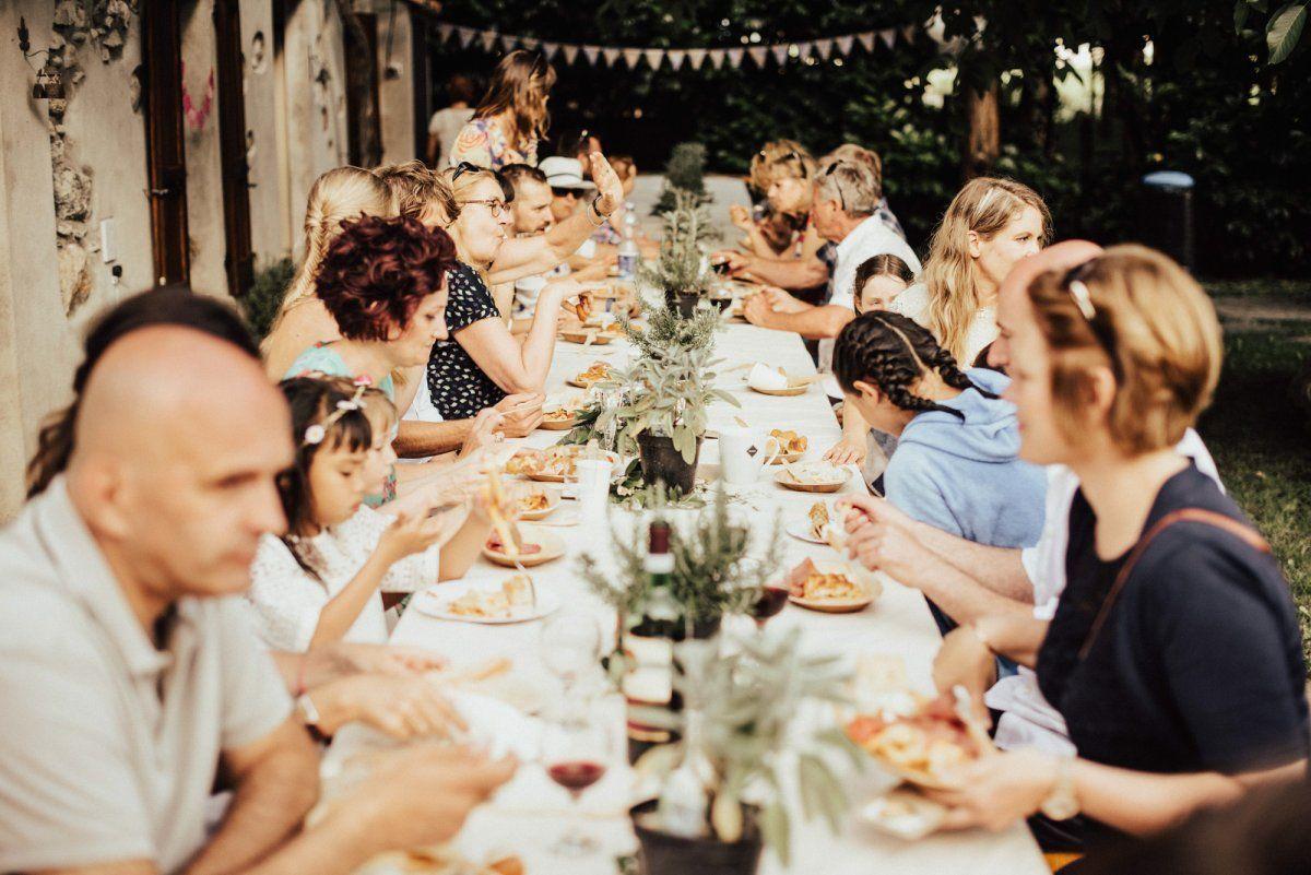 gemeinsames Hochzeitsessen mit den Hochzeitsgaesten