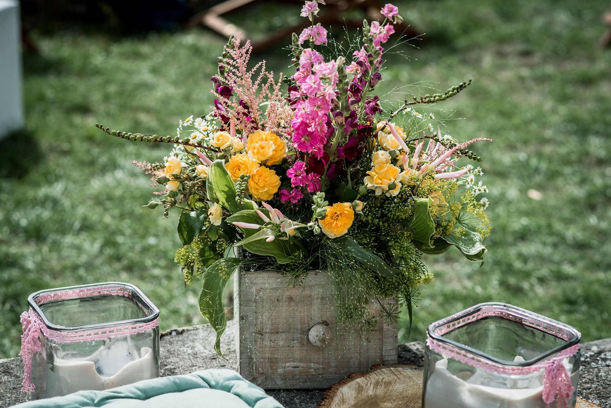 Blumendeko auf einer sommerlichen Hochzeit