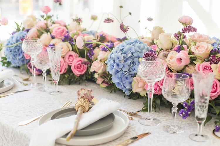 Blumendeko und Tischdeko in Pastell auf einer Hochzeit