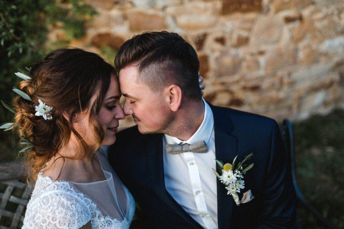 Hochzeitspaar umarmt sich voller Liebe am Hochzeitstag