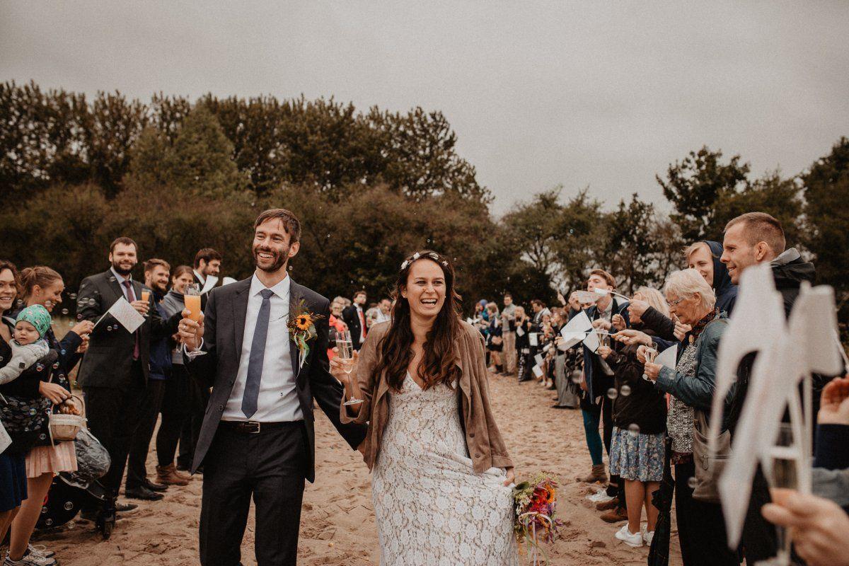 Hochzeitspaar wird nach der Trauung am Strand gefeiert