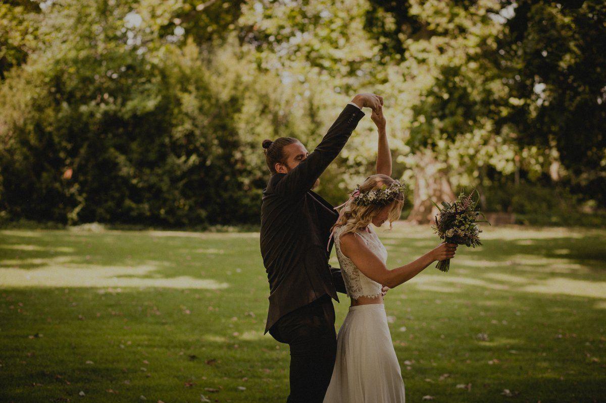 Hochzeitspaar tanzt einen Hochzeitstanz auf einer Wiese