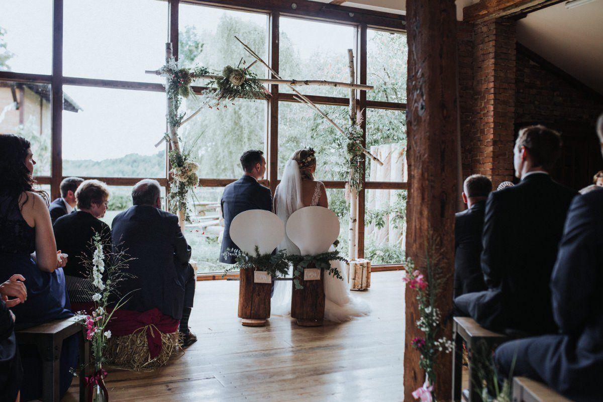 Brautpaar wird von einem Trauredner getraut