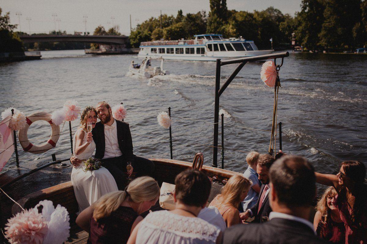 Gesellschaft auf einem Schiff zur Hochzeit
