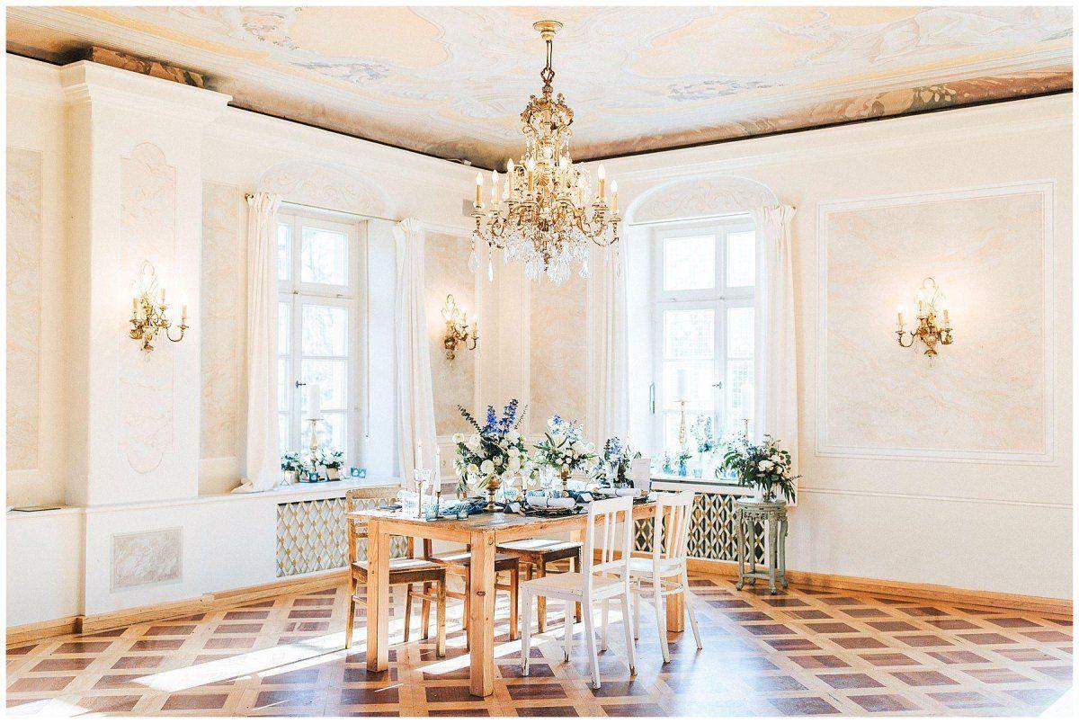 Ein Beispiel Hochzeitstisch mit Deko und Blumen in einem Schlosssaal