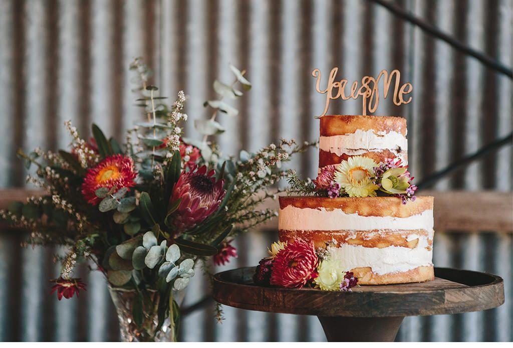 Brautstrauss und Hochzeitstorte als inspiration auf einer Hochzeitsmesse