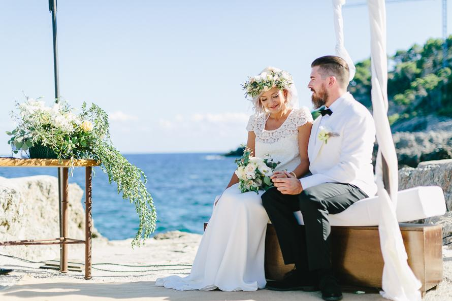 Brautpaar feiert ihre Hochzeit im Ausland am Meer