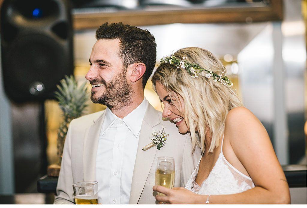 glückliches Brautpaar stößt auf die Hochzeit an