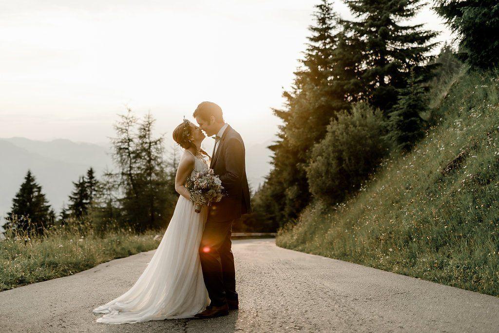 Hochzeitspaar feiert ihre Hochzeit im Ausland in den Bergen