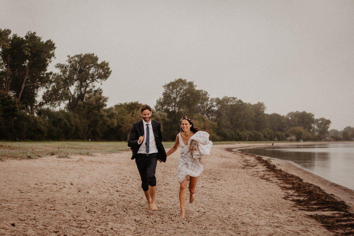 Glückliches Brautpaar feiert Hochzeit in Dänemark