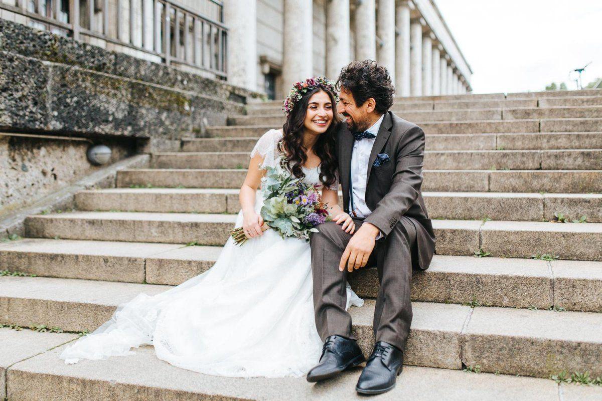 Hochzeitspaar auf einer Schlosstreppe