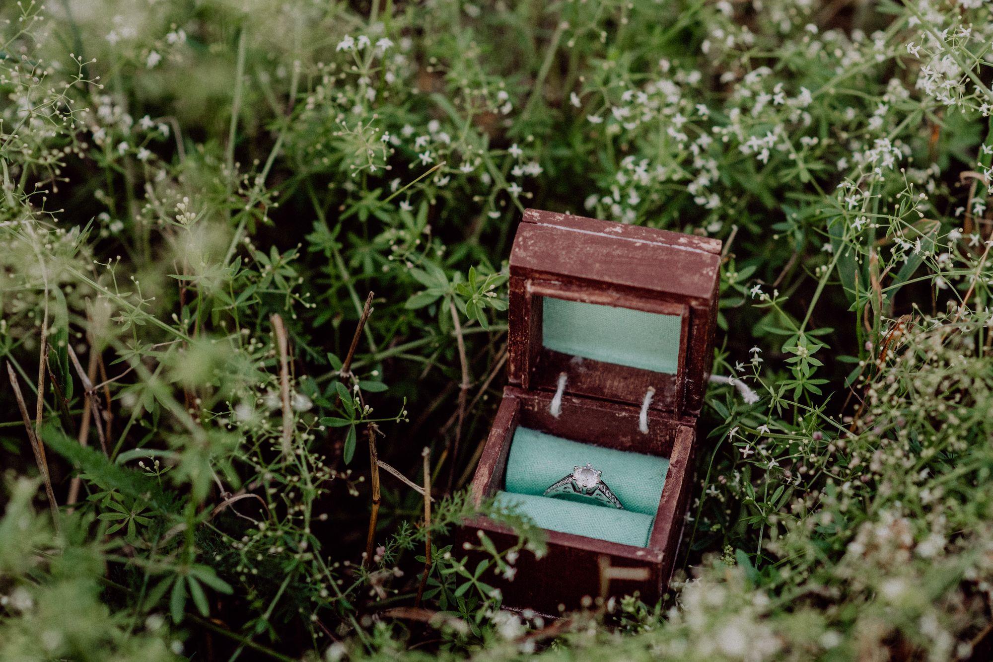 Verlobungsring in einer Schatulle aus Holz