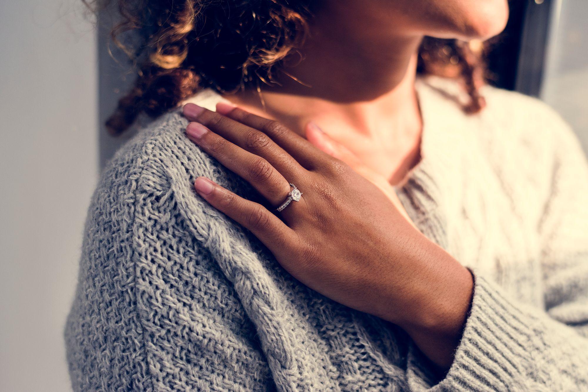 Frau mit einem Verlobungsring an der Hand