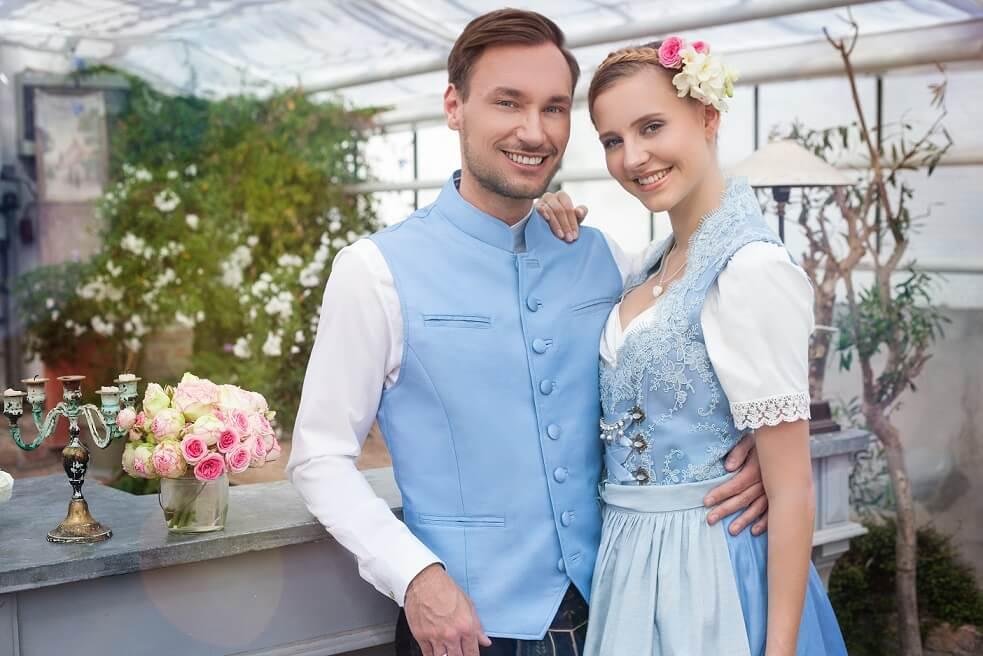 Braut und Bräutigam in blauer Trachtenmode