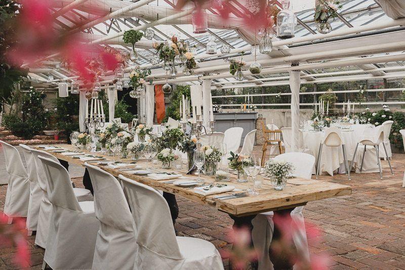 Hochzeitsdekorateur hat ein Gartenhaus wunderschoen geschmueckt