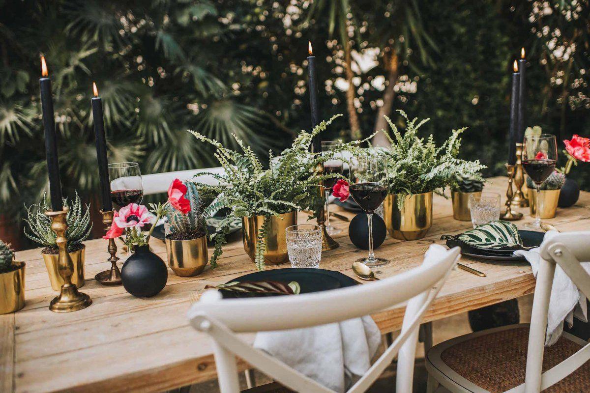 Hochzeitsdekorateur hat in schwarz und gold dekoriert
