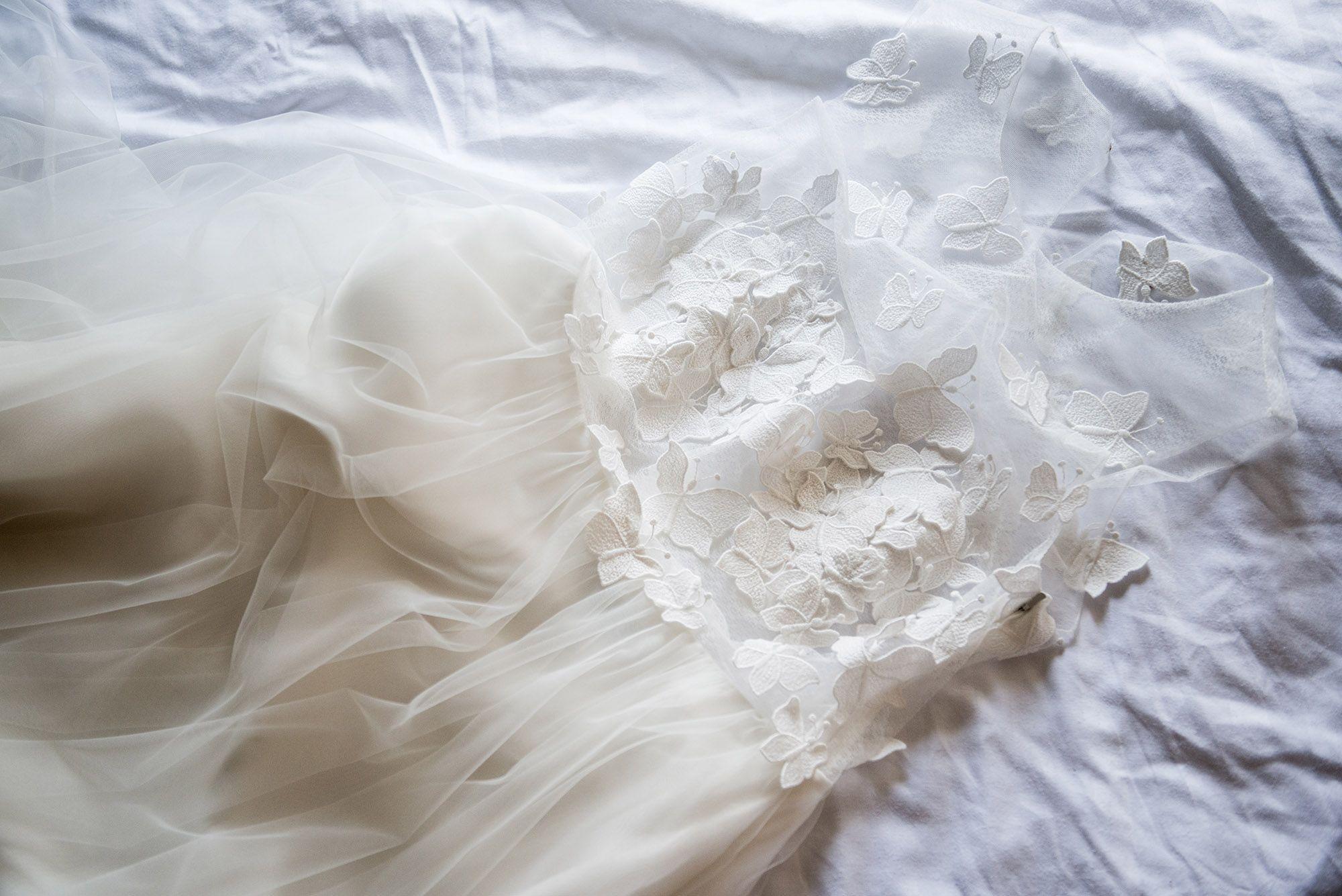 Brautkleid mit Tüll und Blumenapplikationen