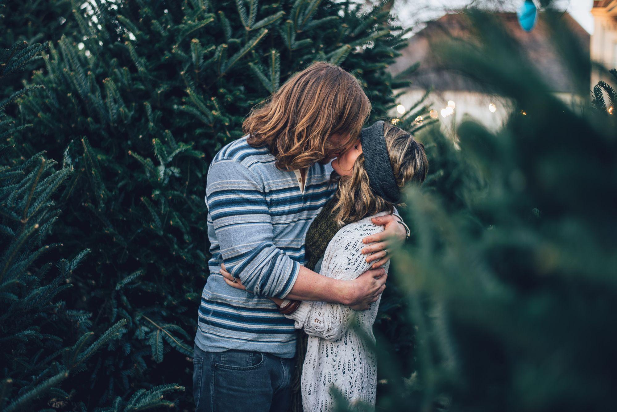 Paar umarmt sich nach der Verlobung