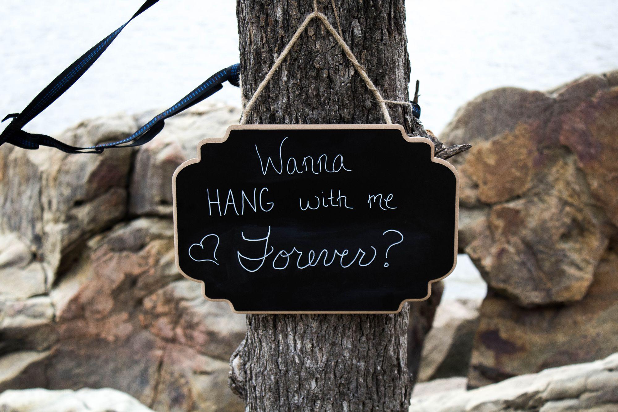 Heiratsantrag geschrieben auf einer Holztafel