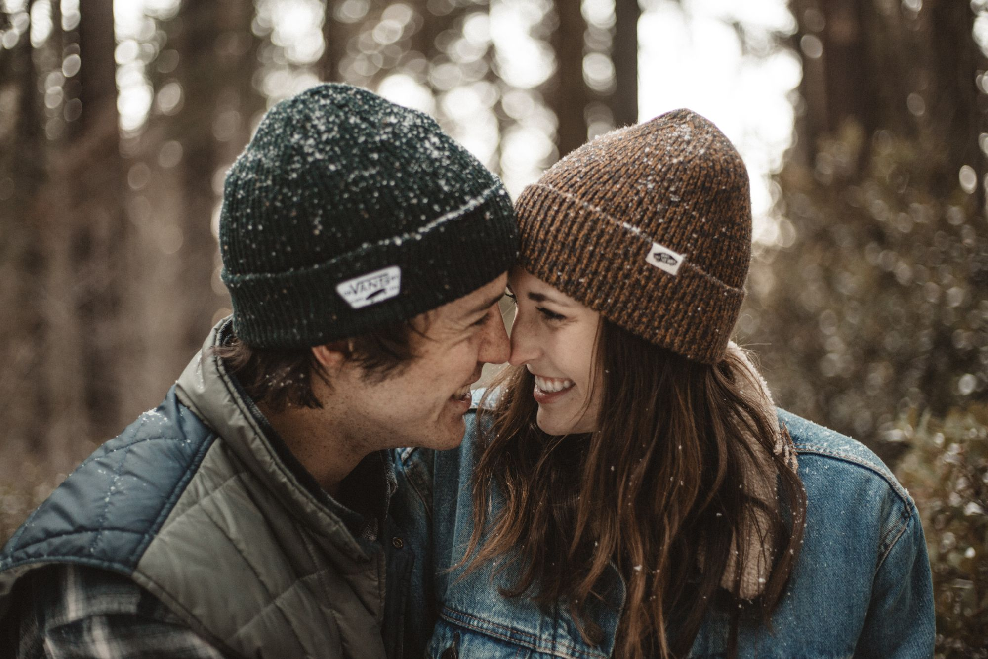 Paar freut sich über die Verlobung