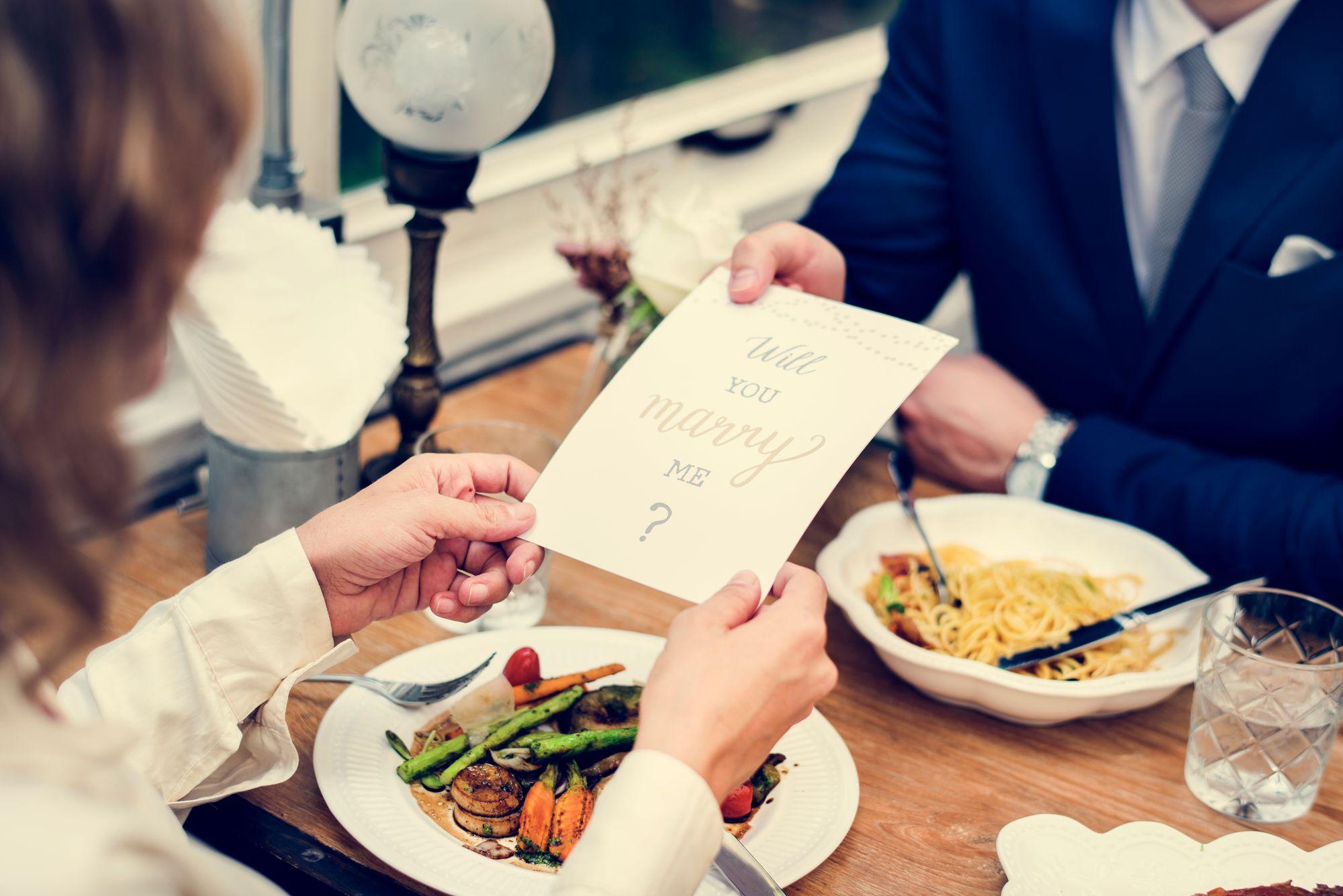 Verlobung in einem Restaurant