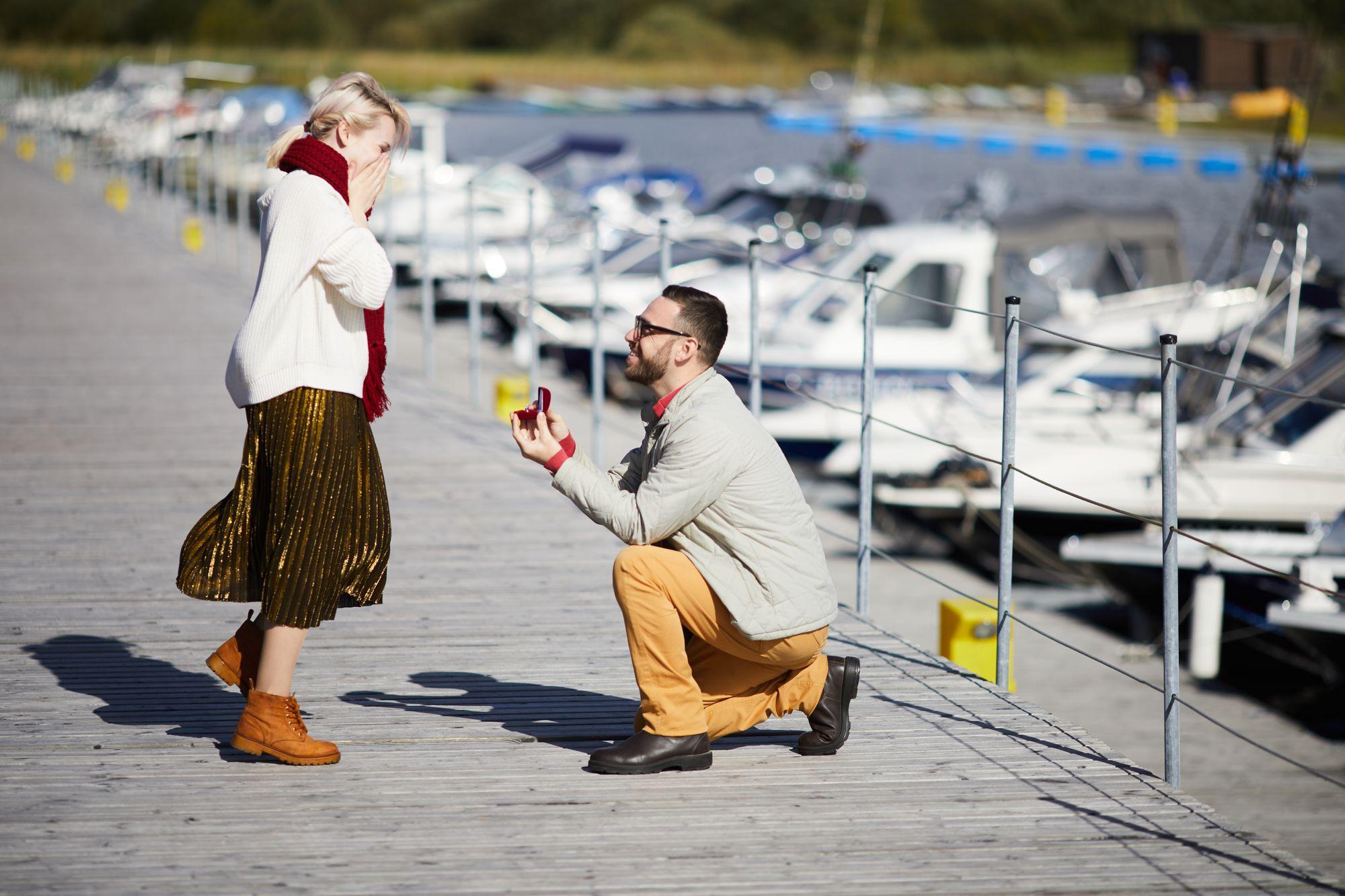 Mann macht einer Frau einen Heiratsantrag