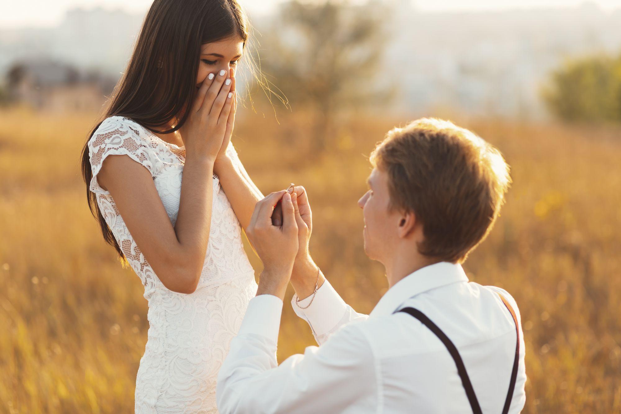 Mann macht Frau einen Heiratsantrag